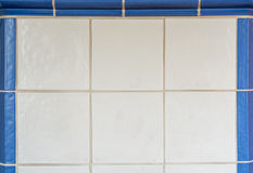 Tuiles blanches d'un fourneau carrelé encadré avec les tuiles bleues image libre de droits