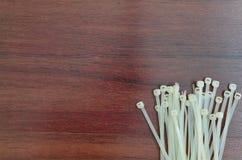 Tuiles blanches de câble sur le fond en bois Image stock