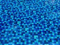 Tuiles bleues dans la piscine de swimimg photo libre de droits