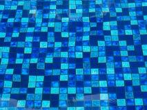 Tuiles bleues dans la piscine de swimimg image stock