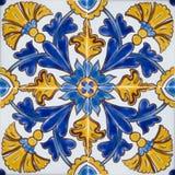 Tuiles colorées traditionnelles de Malte photos stock