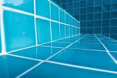 Tuiles d'escalier de piscine dans le détail en gros plan image libre de droits