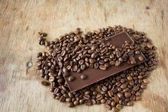 Tuiles de chocolat et des grains de café foncés Photographie stock libre de droits
