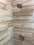 Tuiles de douche nouvellement installées à l'intérieur de ma salle de bains photo libre de droits