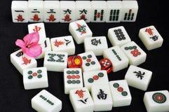 Tuiles de Mahjong sur le fond noir Photographie stock