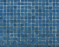 Tuiles de mosaïque bleues sur un mur Photos libres de droits