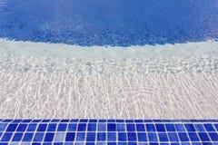 Tuiles de mosaïque dans la piscine avec de l'eau L'hôtel pour la récréation Photographie stock