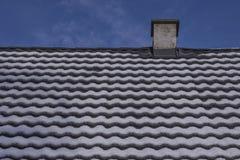 Tuiles de toit après des chutes de neige Photographie stock libre de droits