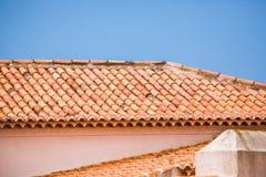 Tuiles de toit au-dessus de maison un après-midi ensoleillé lumineux avec le ciel Photographie stock libre de droits