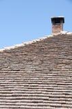 Tuiles de toit avec le tuyau photo stock