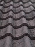 Tuiles de toit concrètes épaisses lourdes brunes rouge foncé Photos stock