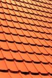 Tuiles de toit concrètes oranges sur une maison résidentielle Texture de fond de tuiles de toit photographie stock libre de droits