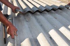 Tuiles de toit d'amiante dangereux de réparation de constructeur vieilles Photographie stock libre de droits