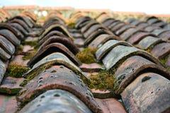 Tuiles de toit de terre cuite en bas soleil Photos stock