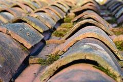 Tuiles de toit de terre cuite en bas soleil Photo stock