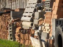 Tuiles de toit devant un mur Images stock