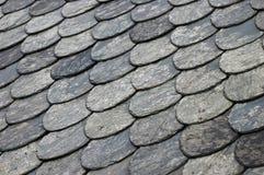 Tuiles de toiture sur le toit Photos stock