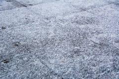 Tuiles de trottoir couvertes de la glace et de neige photos libres de droits
