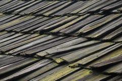 Tuiles en bois répétées avec de la mousse et le lichen en Asie Photos libres de droits