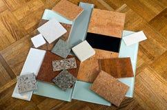Tuiles en verre de quartz de liège et plancher en bois Photo stock