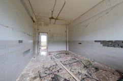 Tuiles et murs cassés photographie stock
