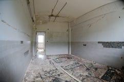 Tuiles et murs cassés image libre de droits