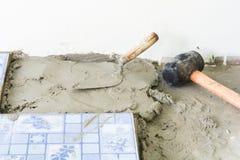 Tuiles et réparations à la maison Travail de ciment photo stock