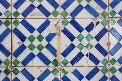Tuiles géométriques usées sur un bâtiment à Lisbonne Photos libres de droits