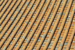 Tuiles glacées par toit jaune Photo stock