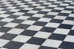 Tuiles noires et blanches Plancher d'échecs Photos libres de droits