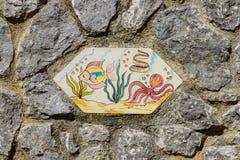 Tuiles peintes à la main avec des poissons sur des murs de rue de Vietri Photos libres de droits