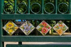 Tuiles peintes à la main installées dans la porte de rue Photos stock