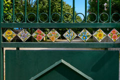 Tuiles peintes à la main installées dans la porte de rue Image libre de droits
