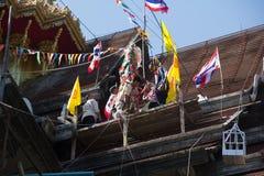 Tuiles se réunissantes de Roofer jusqu'au dessus du toit non fini de temple Images stock