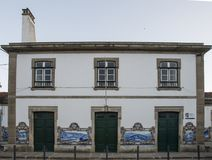 Tuiles traditionnelles dans la gare ferroviaire de pinhao, Portugal image stock