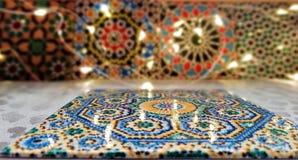 Tuiles traditionnelles marocaines lumineuses et colorées image stock