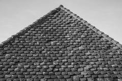 Tuiles traditionnelles superficielles par les agents d'argile sur un toit très vieux Photo stock