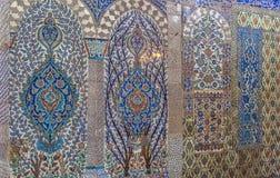 Tuiles turques faites main antiques de tabouret avec les modèles floraux Photographie stock libre de droits