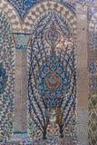 Tuiles turques faites main antiques de tabouret avec les modèles floraux Images libres de droits