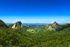 Tuiliere vaggar och berg i det Auvergne landskapet Arkivbilder