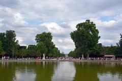 Tuilleries Gardens湖在热的风雨如磐的夏日在巴黎 免版税库存照片