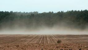 Tuimel onkruid die over vers geploegde landbouwgrond vliegen stock videobeelden