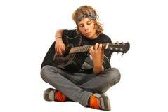 Tuimelschakelaartiener met akoestische gitaar Stock Fotografie