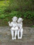 Tuin, beeldhouwwerk, jongen, alleen meisje, boek, het lezen Royalty-vrije Stock Afbeeldingen