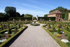 Tuin De bedden van de bloem Tuinart. landschapsart. weg royalty-vrije stock afbeeldingen