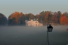 Tuin in de mist royalty-vrije stock afbeelding