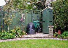Tuin die in een Engelse Tuin met compostbak wordt afgeworpen Stock Foto's