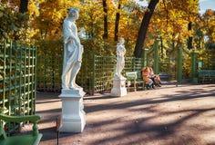 Tuin door de herfst in St. Petersburg Stock Afbeelding