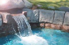 Tuin en het modelleren kunstmatige waterval op het huisgazon royalty-vrije stock afbeeldingen