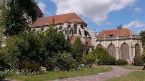Tuin en kathedraal buiten in Lisieux, Normandië Frankrijk stock video